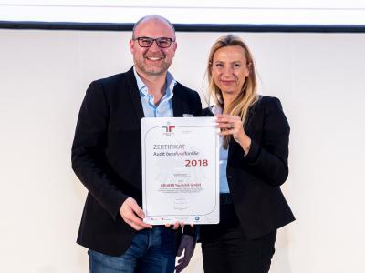 Familienministerin Juliane Bogner-Strauß überreicht das Gütezeichen berufundfamilie an die GRUBER Touristik GmbH