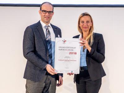 Familienministerin Juliane Bogner-Strauß überreicht das Gütezeichen berufundfamilie an KWG Kraftwerk Glatzing-Rüstorf