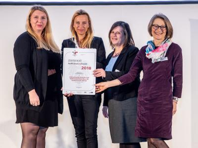 Familienministerin Juliane Bogner-Strauß überreicht das Gütezeichen berufundfamilie an die Internationales Amtssitz- und Konferenzzentrum Wien, AG