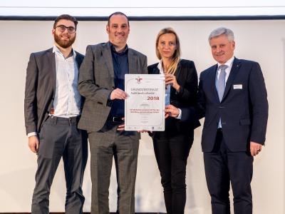 Familienministerin Juliane Bogner-Strauß überreicht das Gütezeichen berufundfamilie an die OÖ WOHNBAU Gesellschaft f. d. Wohnungsbau gemeinnützige GmbH