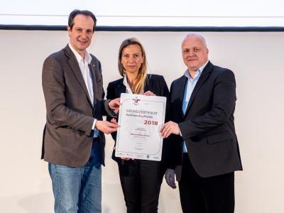 Familienministerin Juliane Bogner-Strauß überreicht das Gütezeichen berufundfamilie an das Österreichisches Rotes Kreuz - Landesverband Wien