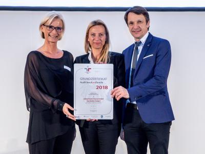 Familienministerin Juliane Bogner-Strauß überreicht das Gütezeichen berufundfamilie an die ratiopharm Arzneimittel Vertriebs-GmbH
