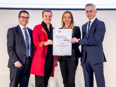 Familienministerin Juliane Bogner-Strauß überreicht das Gütezeichen berufundfamilie an die OeKB Gruppe