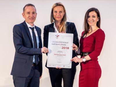 Familienministerin Juliane Bogner-Strauß überreicht das Gütezeichen berufundfamilie an die RECON Europe GmbH