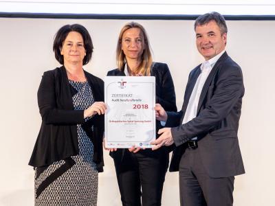 Familienministerin Juliane Bogner-Strauß überreicht das Gütezeichen berufundfamilie an die Orthopädisches Spital Speising GmbH