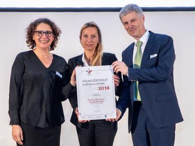 Familienministerin Juliane Bogner-Strauß überreicht das Gütezeichen berufundfamilie an das Barmherzige Brüder Krankenhaus Wien