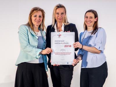 Familienministerin Juliane Bogner-Strauß überreicht das Gütezeichen berufundfamilie an die Bausparkasse der österreichischen Sparkassen AG