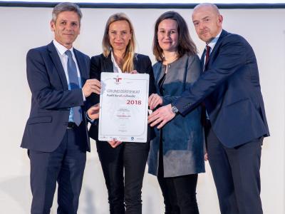 Familienministerin Juliane Bogner-Strauß überreicht das Gütezeichen berufundfamilie an die SOZIALBAU AG