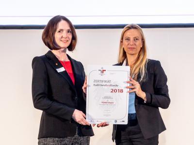 Familienministerin Juliane Bogner-Strauß überreicht das Gütezeichen berufundfamilie an PENNY Markt