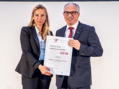 Familienministerin Juliane Bogner-Strauß überreicht das Gütezeichen berufundfamilie an Raiffeisen-Landesbank Tirol AG