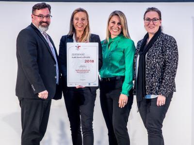 Familienministerin Juliane Bogner-Strauß überreicht das Gütezeichen berufundfamilie an Raiffeisenlandesbank Oberösterreich AG