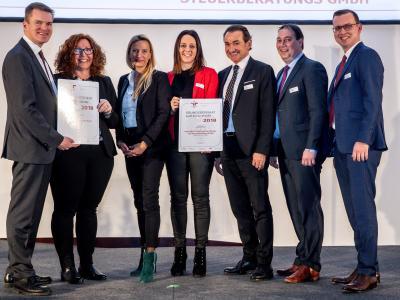 Familienministerin Juliane Bogner-Strauß überreicht das Gütezeichen berufundfamilie an die UNICONSULT Steuerberatung GmbH & UNICONSULT Wirtschaftsprüfungs- und Steuerberatungs GmbH