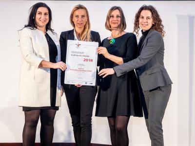 Familienministerin Juliane Bogner-Strauß überreicht das Gütezeichen berufundfamilie an die Siemens Personaldienstleistungen GmbH