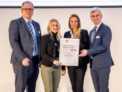 Familienministerin Juliane Bogner-Strauß überreicht das Gütezeichen berufundfamilie an die Wiener Netze GmbH
