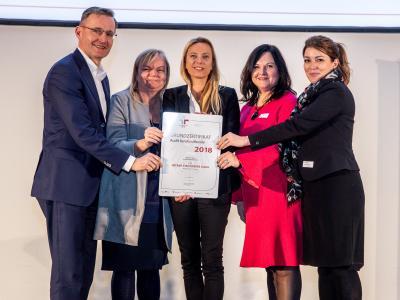Familienministerin Juliane Bogner-Strauß überreicht das Gütezeichen berufundfamilie an die Wiener Stadtwerke GmbH