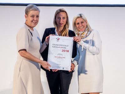 Familienministerin Juliane Bogner-Strauß überreicht das Gütezeichen berufundfamilie an die Wien Holding GmbH