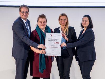 Familienministerin Juliane Bogner-Strauß überreicht das Gütezeichen berufundfamilie an die Bundesbeschaffung GmbH