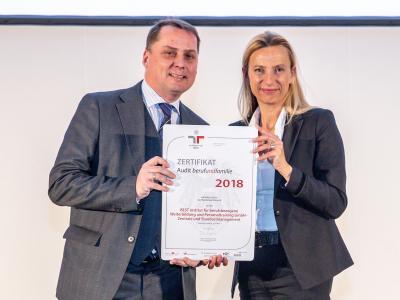 Familienministerin Juliane Bogner-Strauß überreicht das Gütezeichen berufundfamilie an die BEST Institut für berufsbezogene Weiterbildung und Personaltraining GmbH