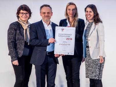 Familienministerin Juliane Bogner-Strauß überreicht das Gütezeichen berufundfamilie an die ZG Lighting Austria GmbH