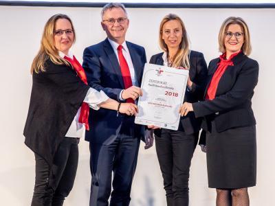 Familienministerin Juliane Bogner-Strauß überreicht das Gütezeichen berufundfamilie an die UniCredit Bank Austria AG