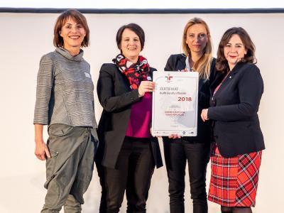 Familienministerin Juliane Bogner-Strauß überreicht das Gütezeichen berufundfamilie an die Wiener Städtische Versicherung AG Vienna Insurance Group