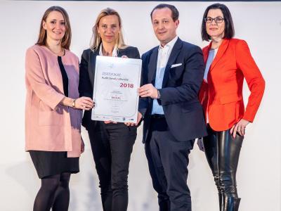 Familienministerin Juliane Bogner-Strauß überreicht das Gütezeichen berufundfamilie an die BILLA AG