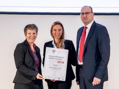 Familienministerin Juliane Bogner-Strauß überreicht das Gütezeichen berufundfamilie an Caritas St. Pölten