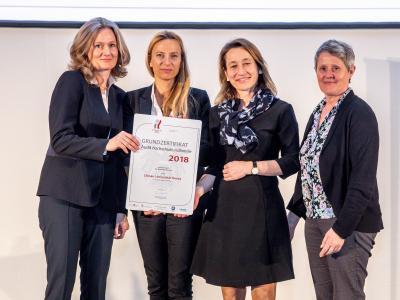Familienministerin Juliane Bogner-Strauß überreicht das Gütezeichen hochschuleundfamilie an die Donau-Universität Krems