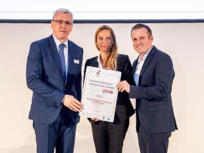 Familienministerin Juliane Bogner-Strauß überreicht das Gütezeichen hochschuleundfamilie an die Private Pädagogische Hochschule der Diözese Linz