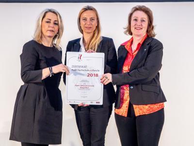 Familienministerin Juliane Bogner-Strauß überreicht das Gütezeichen hochschuleundfamilie an die Alpen-Adria-Universität Klagenfurt
