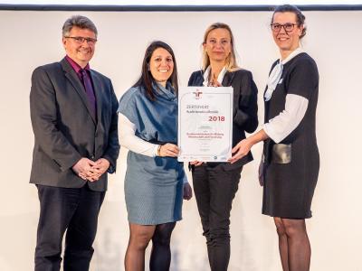 Familienministerin Juliane Bogner-Strauß überreicht das Gütezeichen berufundfamilie an das Bundesministerium für Bildung, Wissenschaft und Forschung