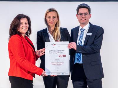 Familienministerin Juliane Bogner-Strauß überreicht das Gütezeichen berufundfamilie an die EBNER Industrieofenbau GmbH