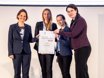 Familienministerin Juliane Bogner-Strauß überreicht das Gütezeichen hochschuleundfamilie an die FHWien der WKW