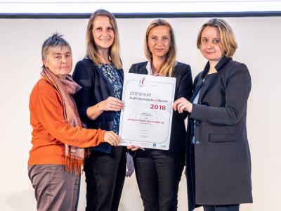 Familienministerin Juliane Bogner-Strauß überreicht das Gütezeichen hochschuleundfamilie an die Johannes Kepler Universität Linz
