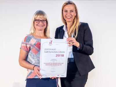Familienministerin Juliane Bogner-Strauß überreicht das Gütezeichen hochschuleundfamilie an die Kunstuniversität Linz