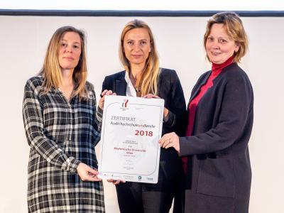 Familienministerin Juliane Bogner-Strauß überreicht das Gütezeichen hochschuleundfamilie an die Medizinische Universität Wien