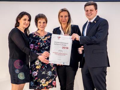 Familienministerin Juliane Bogner-Strauß überreicht das Gütezeichen berufundfamilie an die Ederer GmbH