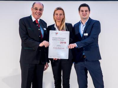 Familienministerin Juliane Bogner-Strauß überreicht das Gütezeichen berufundfamilie an die Elektro Ziegler GmbH
