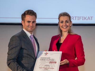 Bundesministerin Christine Aschbacher überreicht staatliches Gütezeichen an Trauner Verlag + Buchservice GmbH