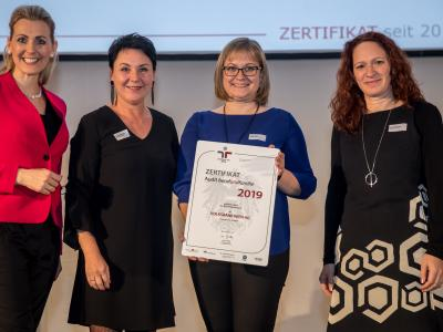 Bundesministerin Christine Aschbacher überreicht staatliches Gütezeichen an VOLKSBANK WIEN AG