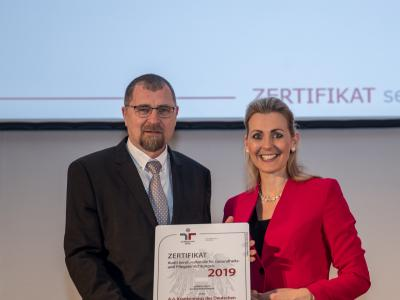 Bundesministerin Christine Aschbacher überreicht staatliches Gütezeichen an A.ö. Krankenhaus des Deutschen Ordens Friesach GmbH