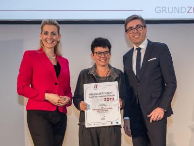 Bundesministerin Christine Aschbacher überreicht staatliches Gütezeichen an Pädagogische Hochschule Oberösterreich