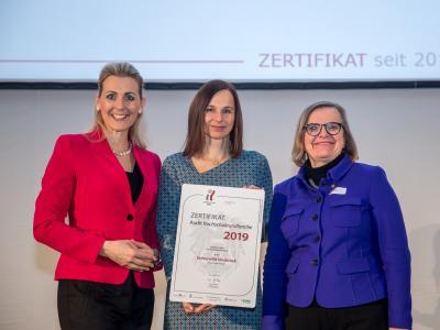 Bundesministerin Christine Aschbacher überreicht staatliches Gütezeichen an Universität Innsbruck