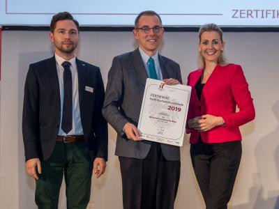 Bundesministerin Christine Aschbacher überreicht staatliches Gütezeichen an Wirtschaftsuniversität Wien