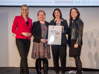 Bundesministerin Christine Aschbacher überreicht staatliches Gütezeichen an Fachhochschule Salzburg GmbH