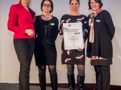 Bundesministerin Christine Aschbacher überreicht staatliches Gütezeichen an 3M Österreich GmbH