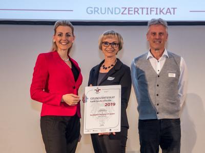 Bundesministerin Christine Aschbacher überreicht staatliches Gütezeichen an Architekten Ronacher ZT GmbH