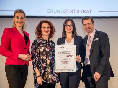 Bundesministerin Christine Aschbacher überreicht staatliches Gütezeichen an BMD Systemhaus GesmbH