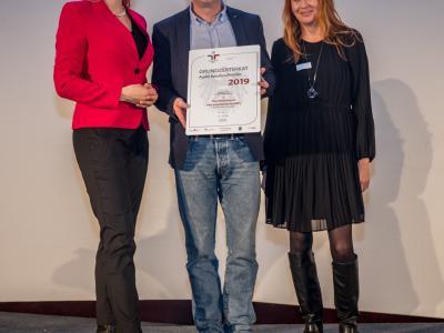 Bundesministerin Christine Aschbacher überreicht staatliches Gütezeichen an Die Versicherei fair insurances GmbH