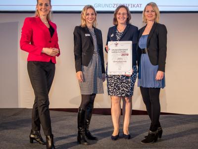 Bundesministerin Christine Aschbacher überreicht staatliches Gütezeichen an Esterhazy Betriebe GmbH